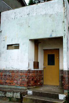 白壁とレンガのファサード