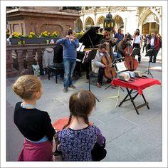 Cool M nchen A quartet plays in fron of the Marienplatz