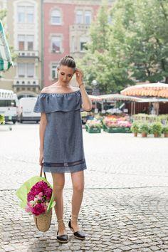 Outfit: Gutenberg Place Farmers' Market | Mood For Style - Fashion, Food, Beauty & Lifestyleblog | Outfitpost mit einem schulterfreien Minikleid von Zara, Espadrilles von Ugg Australia und einer Bast Shopper Tasche von Ralph by Ralph Lauren