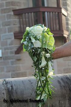 Weiß - Grün  #HochzeitsschmuckundAccessoires  Weiß – Grün Cascading Wedding Bouquets, Wedding Table Flowers, White Wedding Flowers, Bride Bouquets, Bridal Flowers, Bridesmaid Bouquet, Contemporary Wedding Flowers, Modern Flower Arrangements, Wedding Preparation