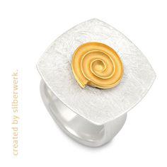 Manchmal muss das Runde eben aufs Eckige ;-)  Unsere Ringkombination ist hier zu finden: https://www.silberwerk.de/ringding/2230930-top-galaxy-13mm-gold-plattiert/combination
