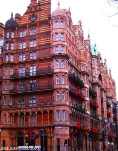 Hotel Russell hotel de estilo victoriano, con espacios públicos con columnas de mármol, se encuentra en el distrito de Bloomsbury, con vistas a Russell Square. Hotel Russell Victorian-style hotel with public spaces with marble columns, is located in the Bloomsbury district, overlooking Russell Square