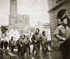 Patrouille de fusiliers marins à la recherche de tireurs des toits. La libération de Strasbourg 23 novembre 1944