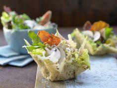 Parma-Salat mit Feigen - im Parmesan-Körbchen - smarter - Kalorien: 424 Kcal - Zeit: 40 Min. | eatsmarter.de Diesen köstlichen Salat müsst Ihr probieren.