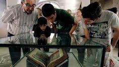 Santiago  Gran expectación para contemplar el Códice  El Pazo de Xelmírez muestra durante cuatro días el manuscrito original. Tras la presentación de la muestra, llegaron las colas de vecinos y turistas