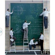 Ingenieros de la NASA haciendo su presentación antes de que existiese el power point