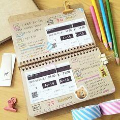 こちらは「半券ノート」。チケットの半券をペタペタ貼り付けて、内容や感想をメモ。映画や美術館のチケットを貼ると、記憶を遡るのにも良さそうですね。 Bullet Journal Notes, Bullet Journal Aesthetic, Beautiful Notebooks, Cute Stationery, Album Design, Message Card, How To Make Notes, Journal Inspiration, Photo Book