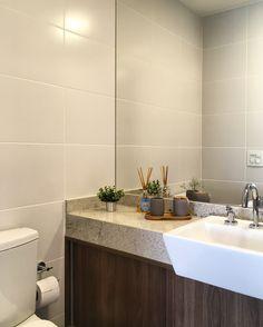 Banheiro clean e moderno. RABISCO ARQUITETURA #bathroom #couple #banheiro #banheira #granito #natureza #visual #design #arquitetura #diferente #modern #moderna #contemporanea #textura #texture #wood #madeira #amadeirado #glass #espelho #vidro #white #branco #planta #granito #bancada #parede #wall #ceramica #revestimento #moderno #bancada #pia #torneira #black #preto #white #branco