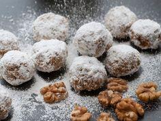 Sie möchten sich auch in der Weihnachtszeit an eine kalorienarme Ernährung halten? Unser Rezept für Low Carb Walnuss Schneebälle kommt ohne Mehl und Zucker aus. Mandelmehl,Kokosmehl und Walnüsse geben den Low Carb Keksen weihnachtlichen Geschmack. Und das Beste ist: Die Kekse sind auch noch vegan und glutenfrei!
