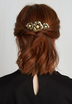 Florets and Fetes Hair Comb. This antiqued gold, floral hair comb was made to shine at soirees. My Hairstyle, Ponytail Hairstyles, Elegant Ponytail, Vintage Hair Accessories, Pin Curls, Vintage Hairstyles, Mode Style, Hair Dos, Bridal Hair