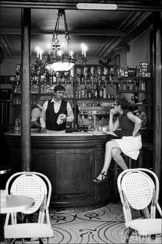 Winter coffee in a knitted cup La Via , San Gimignano,Toscana - Italia Paris Robert Doisneau, Old Paris, Vintage Paris, Old Photos, Vintage Photos, Bar Scene, Parisian Cafe, Concours Photo, French Cafe