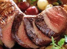 A kicsontozott őzcombokat a sütés előtti estén bepácoljuk. A húst besózzuk, bedörzsöljük borsikafűvel, bazsalikommal, majd körtepálinkával és dióolajjal meglocsoljuk.