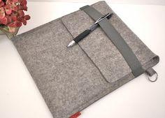 Schlank und schneiden Ihr iPad zu schützen, wird in diesem Fall von eine langlebige, strapazierfähige 100 % Wollfilz, 3 mm (1/8) dick gebildet. Die Farbe ist Granit. Merkmale: Schleife mit geteilten Anhängerring für ein Flashlaufwerk oder Schlüssel graue elastische Trimm um die Klappe zu sichern Alle Nähte sind mit Polster Faden genäht.  Handschlaufe in passender Farbe erhältlich: http://www.etsy.com/listing/80639877/wrsit-strap-for-ipad-macbook-kindle-in  VOLLSTÄNDIGE LISTE DER ELASTISCHEN…
