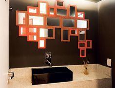 Diversos espelhos co moldura laranja, com tamanho diferentes, deixaram este banheiro com o visual moderno (Foto: Reprodução / Pinterest Decorando Casas)