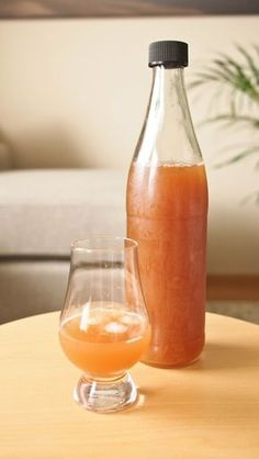 Kuusenkerkkälikööri - Nautiskellen Hot Sauce Bottles, Preserves, Food, Kitchen, Preserve, Cooking, Essen, Kitchens, Preserving Food