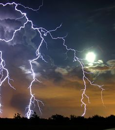 Storm captured on a full moon night. Weather Cloud, Wild Weather, Lightning Photography, Nature Photography, All Nature, Amazing Nature, Pictures Of Lightning, Thunder And Lightning, Lightning Storms