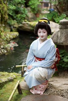 May 2016: Famous Geiko Satsuki (Tsurui Okiya) of Gion Kobu beside a stream in a Japanese garden. Source: Tiger123 - Blog