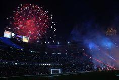 Fuegos artificiales iluminando la noche de Barcelona en el Camp Nou.