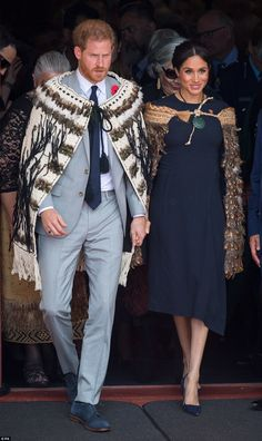 Meghan Markle and Prince Harry arrive in Rotorua for the final day of their marathon royal tour Meghan Markle Prince Harry, Prince Harry And Megan, Harry And Meghan, Meghan Markle Photos, Meghan Markle Style, Prinz Charles, Stella Mccartney Dresses, Princess Meghan, Real Princess