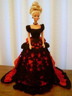 Boneca barbie com vestido de epoca, Acompanha boneca, base para boneca ficar em pé, e o vestido de epoca na cor que esta na foto. A boneca que acompanha e a barbie fashion R$ 160,00