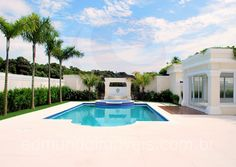 Os banhos de sol estão garantidos 'by the pool', em uma grande área destinada às espreguiçadeiras, guarda-sóis e móveis rústicos.