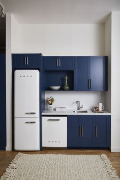 Top Kitchen Trends 2020 - What Kitchen Design Styles Are In Navy Kitchen, Modern Kitchen Cabinets, Kitchen Furniture, Kitchen Interior, Kitchen Decor, Kitchen Ideas, Decorating Kitchen, Compact Kitchen, Cuisines Design