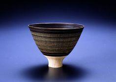 ルーシー・リー  高い高台のマンガン掻き落しと象嵌の鉢