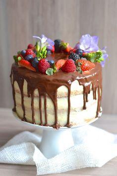 Od narození mého druhého syna je tenhle dort můj první větší počin a nutno říct, že jsem se na jeho výrobu už moc těšila :-). Chopila j...