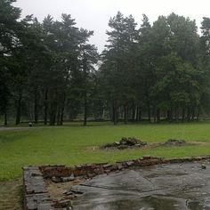 Plac przed IV krematorium gdzie doszło do buntu i walki z esesmanami w dniu 7.10.1944 roku - Sondercomando, Auschwitz-Birkenau - Google Cultural Institute