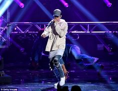 Justin Bieber dances in the rain for performance of Sorry during ...