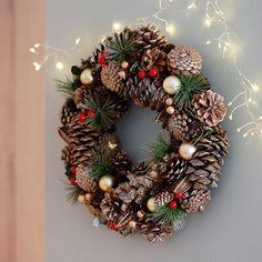Christmas Arrangements, Xmas Decorations, Color Trends, Christmas Wreaths, Seasons, Wallpaper, Holiday Decor, Pastel, Home Decor
