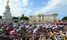 The peloton passes by Buckingham Palace