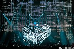 Deadmau5 and his cube stage setup. So cool