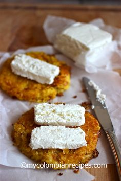Food Photography: Arepas de Choclo con Quesito (Colombian Corn Cakes with Fresh Cheese) My Colombian Recipes, Colombian Cuisine, Mexican Food Recipes, Colombian Arepas, Colombian Dishes, Corn Cakes, Good Food, Yummy Food, Latin Food