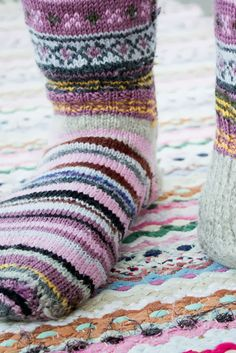 Jämälankasukat ja norjalainen räsymatto Wool Socks, My Socks, Knitting Socks, Hand Knitting, Slipper Boots, Sock Shoes, Womens Slippers, Leg Warmers, Needlework