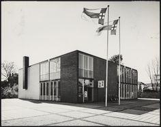 Afbeelding van museum De Zonnehof, Amersfoort, ca.1959, schuin met wapperende vlaggen