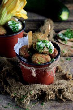 http://ostra-na-slodko.pl/2016/09/06/zucchini-balls-klopsiki-z-cukinii-z-sosem-czosnkowym/
