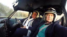 Nunca es tarde para volver a sentir la adrenalina de la velocidad. Sentarse detrás del volante y acelerar, recorriendo kilómetros y cruzando carreteras inhóspitas. Eso es lo que busca Bron Burrell, la piloto de 72 años que volverá a competir casi cinco décadas después de participar en el rally maratón que unió a Londres con …