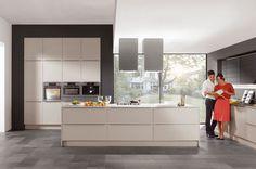 Greeploze keuken met ruim kookeiland en inbouw kastenwand.