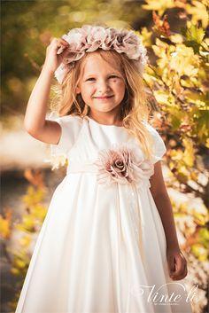 Εντυπωσιακό φόρεμα για βάπτιση Vinte Li σε ιβουάρ απόχρωση με υπέροχα χειροποίητα λουλούδια. Συνοδέυεται από αντίστοιχη κορδέλα για τα μαλλιά με υφασμάτινα λουλούδια! annassecret, Βάπτιση κορίτσι, Φόρεμα βάπτισης, Βαπτιστικά ρούχα Girls Dresses, Flower Girl Dresses, Girl Falling, 21st, Fall Winter, Wedding Dresses, Flowers, Fashion, Dresses Of Girls