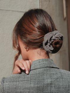 Chouchou velours côtelé gris - Gabie – Scrunchie is back Curly Hair Headband, Headband Hairstyles, Braided Headbands, Men's Hairstyle, Wavy Hair, Work Hairstyles, Pretty Hairstyles, Casual Hairstyles, Wedding Hairstyles