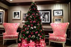 Victoria Secret Store love the chairs Pink Christmas, Christmas And New Year, Winter Christmas, Christmas Time, Merry Christmas, Victorian Christmas, Beautiful Christmas, Winter Wonderland, Victoria Secret Store
