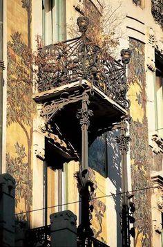 Casa Galimberti, progetto dell'arch.G.B.Bossi nel 1903-1905 su incarico dei fratelli Galimberti,ritenuto 1 dei pezzi più brillanti del Liberty milanese grazie al rivestimento di gran parte della facciata esterna con piastrelle figurate in ceramica,ferri battuti e motivi floreali in cemento,tutti disegnati da Bossi. WWW.ORIZZONTENERGIA.IT #Milano