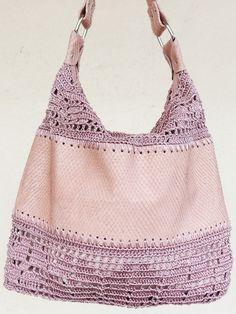 Bolsa em couro de cobra rosa e crochê. Trabalho artesanal desenvolvido em Belo Horizonte - MG pela artesã Consolação Lacôrte.
