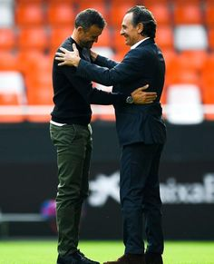 Cesare Prandelli saluda a Luis Enrique antes del inicio del encuentro.