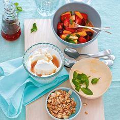 Obstsalat mit Joghurt und Haferflockencrunch