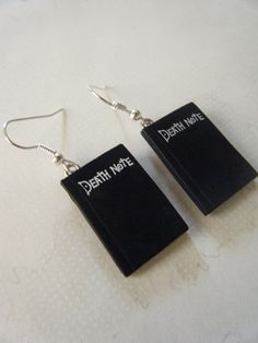Death Note Earrings, little books (cant open). Anime Inspired Outfits, Anime Outfits, Cute Jewelry, Jewelry Accessories, Anime Crafts, Mein Style, Accesorios Casual, Anime Merchandise, Death Note