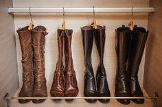 Rangement bottes - Handig opbergen van laarzen Shoe Rack Furniture, Thing 1, Closet Shelves, Closet Bedroom, Master Bedroom, Home Room Design, Riding Boots, Heeled Boots, Design Inspiration