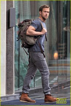 Ryan Gosling wears dark blue crew-neck t-shirt, gray jeans, brown leather work boots, olive-green canvas backpack Buy the look: lookastic.de / … – Olive backpack – Blue crew-neck t-shirt – Gray jeans – B Mens Brown Boots, Brown Leather Boots, Men In Boots, Moc Toe Boots Men, Combat Boots, Trajes Business Casual, Moda Blog, Red Wing Boots, Boy Fashion
