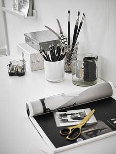 We love this monochrome office inspiration. Keeping everything in a separate place, such as pots, is a quick and easy solution for keeping your work space tidy and procrastination free. Workspace Inspiration, Decoration Inspiration, Decoration Design, Interior Inspiration, Bedroom Inspiration, Work Inspiration, Home Office Space, Home Office Decor, Home Decor